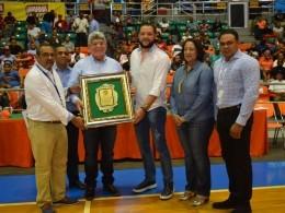 Fernando Rosa, Director de Fonper, recibe el reconocimiento.