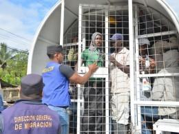 Migración detiene haitianos