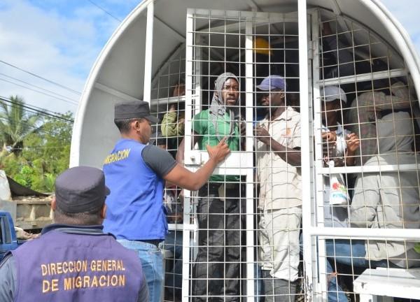 Agentes de la Dirección General de Migración detienen haitianos ilegales, durante un operativo en diferentes vías de esta ciudad, a fines de repatriarlos a su país.