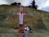 """Se """"crucifican"""" en protesta contra relleno sanitario"""
