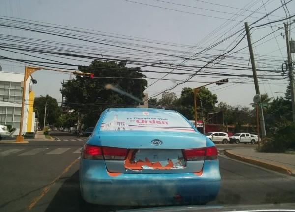 Cuando se le reclama a la ciudadania respetar las reglas y el orden, el ejemplo debería comenzar por la casa. Este auto con el emblema de la alcaldía de Santiago circula por las calles sin placa.