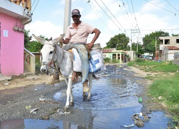 La comunidad Santa Lucia, en Cienfuegos lleva más de 20 años resistiendo enfermedades,viviendo entre las aguas negras y el abandono, ya que sus principales calles son focos de contaminación. Claman por ayuda al gobierno Central!