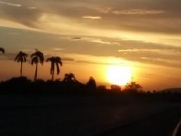 Al final del día, el sol se oculta más rápido de lo deseado. Observar las puestas del sol en estos días de verano es un deleite, no solo para la vista, sino para el lama. Cuando la inmensa luz desciende en el horizonte, deja una estela de diversos colores en el cielo y una sensación de paz  en el interior de quienes la observan.