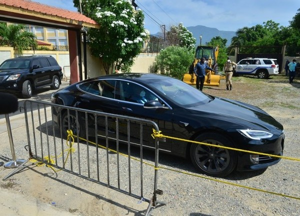 Durante su visita de tres días a Santiago, el presidente Luis Abinader se desplazó en el auto eléctrico Tesla, ratificando su mensaje de cuidar el medio ambiente y los recursos naturales.
